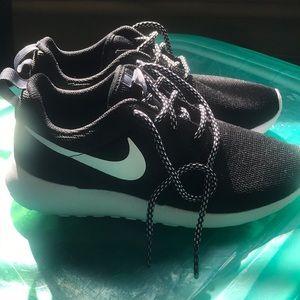 Nike Roshe Size 6 (Big Kids) BRAND NEW!!